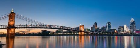 Skyline da noite de Cincinnati imagem de stock