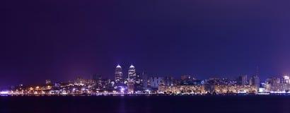 Skyline da noite de Dnipropetrovsk e de rio Dnipro, Ucrânia imagens de stock royalty free