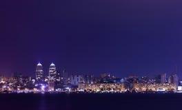 Skyline da noite de Dnipropetrovsk e de rio Dnipro, Ucrânia imagem de stock royalty free