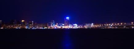 Skyline da noite de Dnipropetrovsk sobre o rio Dnipro, Ucrânia Imagens de Stock Royalty Free