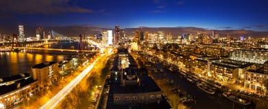 Skyline da noite de Rotterdam foto de stock
