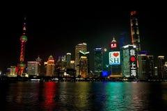 Skyline da noite de Shanghai com Lua cheia fotografia de stock