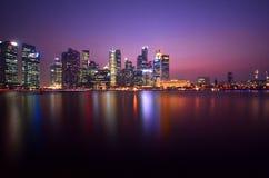 Skyline da noite de Singapura imagens de stock