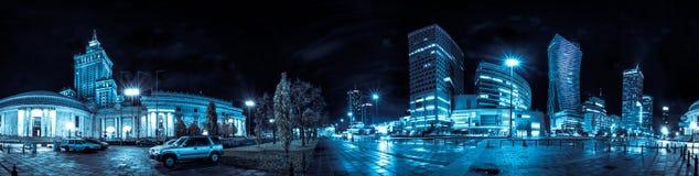 Skyline da noite de Varsóvia com era soviética e os arranha-céus modernos Fotografia de Stock