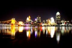 Skyline da noite em Cincinnati Foto de Stock Royalty Free