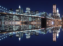 Skyline da ponte e do Manhattan de Brooklyn na noite Foto de Stock