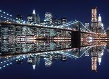 Skyline da ponte e do Manhattan de Brooklyn na noite foto de stock