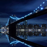 Skyline da ponte e do Manhattan de Brooklyn na noite Imagem de Stock