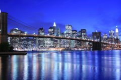 Skyline da ponte e do Manhattan de Brooklyn na noite Imagem de Stock Royalty Free