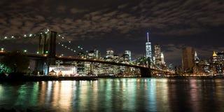 Skyline da ponte e do Manhattan de Brooklyn na noite foto de stock royalty free