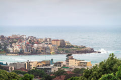 Skyline da praia de Bondi sob nuvens cinzentas Fotos de Stock Royalty Free