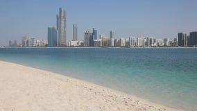 Skyline da praia e do Abu Dhabi Fotos de Stock Royalty Free