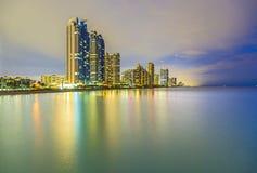 Skyline da praia ensolarada das ilhas na noite Fotos de Stock Royalty Free