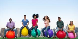 Skyline das bolas de salto do grupo de pessoas Fotografia de Stock Royalty Free