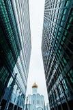 Skyline das construções do negócio que olha acima com céu e churche, prédios, arquitetura moderna imagem de stock royalty free