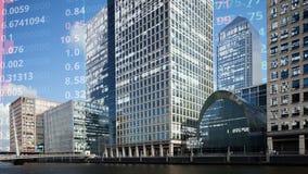 Skyline das zonas das docas de Londres com dados e código foto de stock