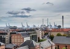 Skyline de Aarhus com porto e guindastes em Dinamarca Fotografia de Stock Royalty Free