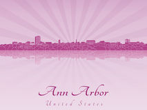 Skyline de Ann Arbor na orquídea brilhante roxa ilustração stock