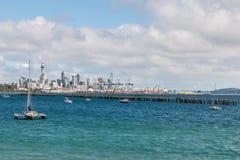 Skyline de Auckland com barcos e espaço amarrados da cópia imagens de stock