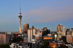 Skyline de Auckland Nova Zelândia no tempo crepuscular Imagens de Stock