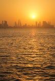Skyline de Barém durante o por do sol Fotografia de Stock Royalty Free