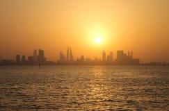 Skyline de Barém durante o por do sol Fotografia de Stock