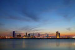 Skyline de Barém durante o por do sol em horas azuis Imagens de Stock Royalty Free
