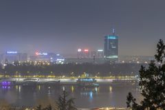 Skyline de Belgrado nova Novi Beograd visto na noite da fortaleza de Kalemegdan fotografia de stock royalty free