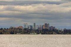 Skyline de Bellevue ao longo do lago Washington EUA fotografia de stock royalty free