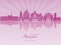 Skyline de Bielefeld na orquídea brilhante roxa Imagens de Stock Royalty Free