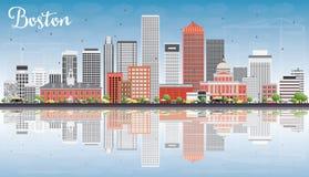 Skyline de Boston com construções cinzentas, vermelhas, o céu azul e a reflexão Fotografia de Stock