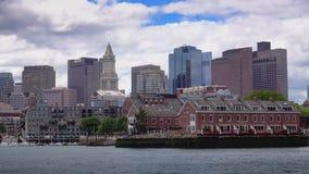 Skyline de Boston que estabelece o tiro como visto do porto interno de Boston vídeos de arquivo