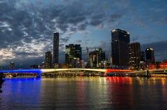 Skyline de Brisbane iluminada nas cores francesas que comemoram o dia de Bastille Fotos de Stock