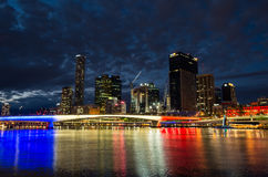 Skyline de Brisbane iluminada nas cores francesas que comemoram o dia de Bastille Fotografia de Stock Royalty Free