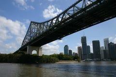 Skyline de Brisbane sob a ponte da história Foto de Stock Royalty Free