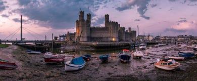 A skyline de Caernafon em Gales durante a maré baixa na noite - Reino Unido Imagem de Stock Royalty Free