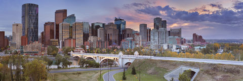 Skyline de Calgary, Alberta, Canadá no por do sol Fotos de Stock Royalty Free