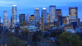 Skyline de Calgary, Canadá após a obscuridade imagens de stock