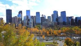 Skyline de Calgary, Canadá com folha do outono fotografia de stock royalty free