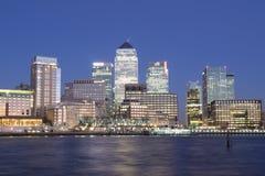 Skyline de Canary Wharf em Londres na noite Fotos de Stock Royalty Free