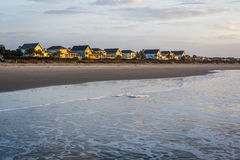 Skyline de casas da praia em Ise da praia das palmas, em Charleston Sout imagens de stock