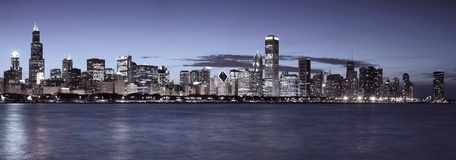 Skyline de Chicago na noite Imagens de Stock Royalty Free