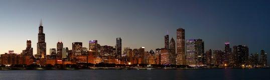 Skyline de Chicago na noite Fotos de Stock Royalty Free