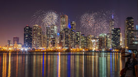 Skyline de Chicago no Lago Michigan com os fogos-de-artifício na noite Fotos de Stock Royalty Free
