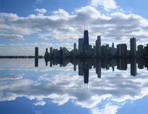Skyline de Chicago refletida no lago Fotografia de Stock Royalty Free