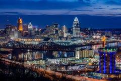 Skyline de Cincinnati, cênico, crepúsculo Fotos de Stock Royalty Free