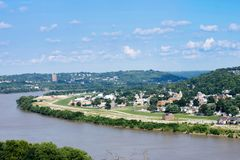 Skyline de Cincinnati, Ohio no verão sobre do Rio Ohio imagem de stock