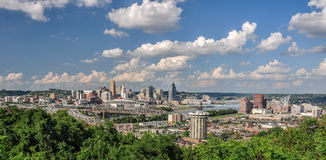 Skyline de Cincinnati vista do parque de Devou, Covington, Kentucky Imagens de Stock Royalty Free