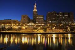 Skyline de Cleveland na noite Fotos de Stock Royalty Free