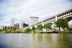 Skyline de Cleveland, Ohio como visto do parque da herança imagens de stock